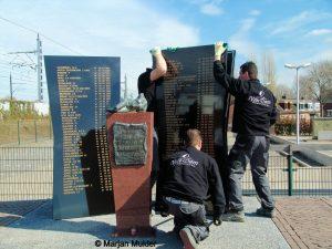 Plaatsing van het monument ter nagedachtenis van de treinramp in Harmelen